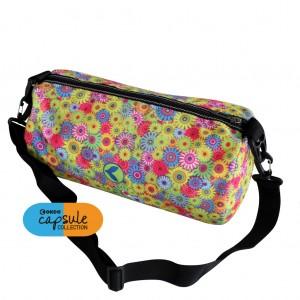 Piccola borsa in poliestere con tracolla regolabile e tasca interna.