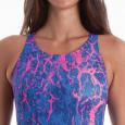 Costume intero da donna con grafica rosa fluo su fondo blu.